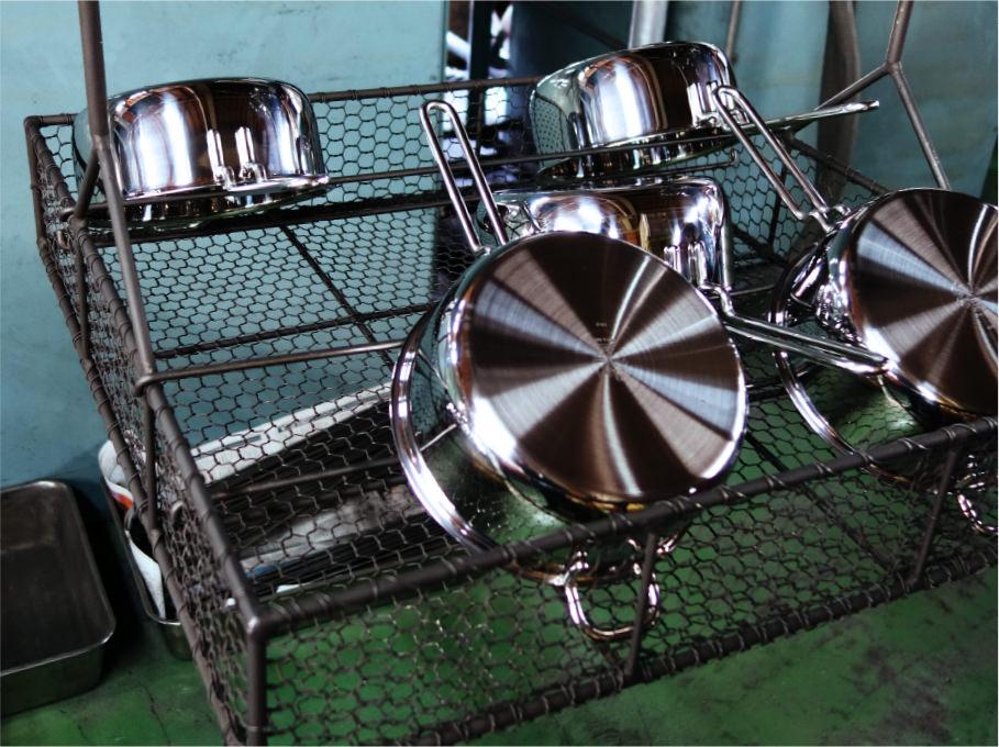 鍋を洗浄する