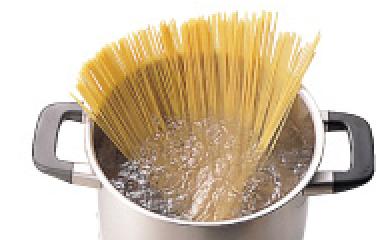 保温性に優れた厚底鍋で余熱を上手に使って省エネ調理。